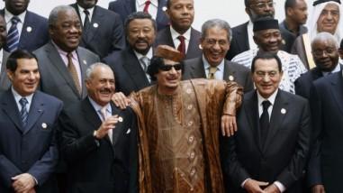Senyum terakhir 4 diktator yang tumbang (dari kanan) Husni Mubarak, Gaddafi, Ali Abdullah Saleh (Yaman) dan Ben Ali (Tunisia), pada pertemuan puncak pemimpin Afro-Arab di Sirte, Libya, Oktober 2010: memusuhi rakyat sama dengan memusuhi Tuhan.