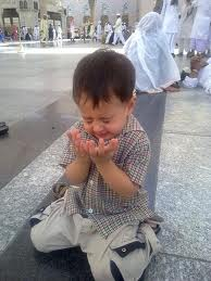 Anak lucu berdoa