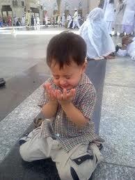 Anak kecil berdoa: istighfar saat sahur