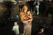 Kasih sayang ibu kepada anaknya. [ Foto Rehana Begum - salah seorang pengungsi Rohingya bersembunyi bersama anak2nya di Myanmar}.
