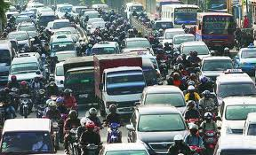 Dalam kemacetan orang berebut pulang demi mengejar buka puasa, sering tanpa peduli pada orang lain.