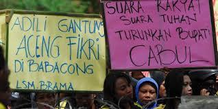 Demo masyarakat menentang Aceng Fikri