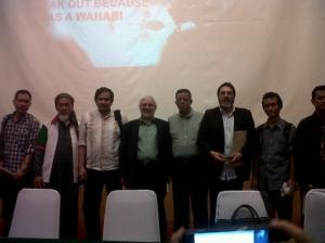 Munarman (kiri); Jose Rizal (ke-3 dari kiri) Imam Al Asi (di kiri Jose); dan Masoud Sadjareh (kedua dari kanan): kritik pada HAM kita