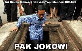 Gubernur DKI Jokowi meneliti gorong-gorong di Jakarta