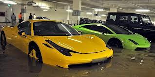 Mobil mewah pun terendam: dampak banjir tidak pandang bulu