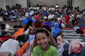 Pengungsi korban banjir di Jakarta:  dampaknya berhari-hari