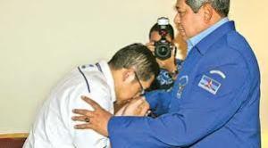 Anas mencium tangan SBY: hingar bingar di Indonesia