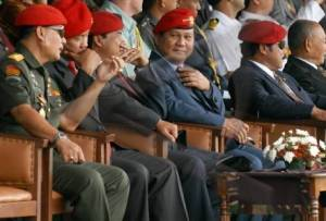 Mantan Danjen Kopassus Prabowo Subiyanto (tengah) bersama sejumlah sesepuh Kopassus pada peringatan HUT Kopassus ke- 56 (2008). (Foto Antara)