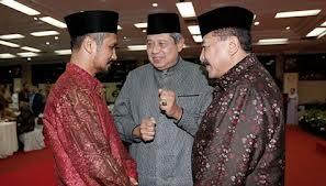 SBY bersama Ketua KPK Abraham Samad dan Kapolri Timur Pradopo: ketiga organisasi yang mereka pimpin juga mengalami ujian dalam hal integritas dan trust