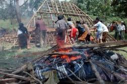 Warga membakar rumah saudara sekampung di Sampang, Madura: bebas yang kebablasan