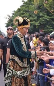 Jokowi dengan pakaian adat Jawa ala Pewayangan. (Foto: Syafiq Basri).
