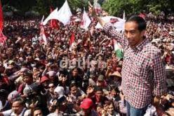 Jokowi di tengah massa saat kampanye di Jakarta: untungnya membangun reputasi.