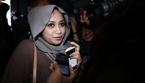 Sefti Sanustika - isteri Fathanah saat tiba di gedung KPK 16 Mei lalu - foto Tempo
