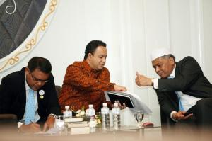 Surin Pitsuwan bersama Anies Baswedan - pada sebuah pertemuan, 18 Juli 2012 (sumber: Facebook Anies Baswedan)