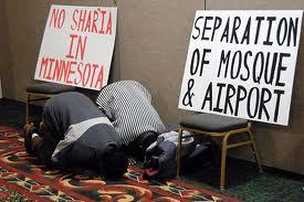 Dua orang solat di Minnesota airport (AS): mengubah takdir?