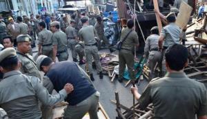 Satpol PP menertibkan lapak pedagang kaki lima di pasar Tanah Abang