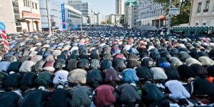 90 ribuan muslimin solat Iedul Fitri di Moskow , Rusia