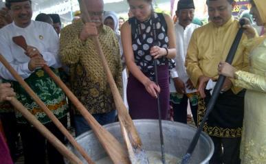 Bupati Banjar Sultan Khairul Saleh menandai tradisi Bubur Asyura dengan menabur bumbu serta mengaduknya bersama pejabat dan tamu undangan dari Belanda. (Foto Banjarmasin.Post)