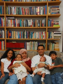 Anies dan keluarga di rumah