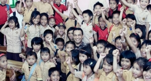 Anies di tengah anak-anak SD: Indonesia Mengajar