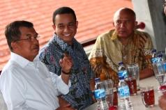 Anies dan mantan Wakil Presiden Jusuf Kalla di kantin Universitas Paramadina.