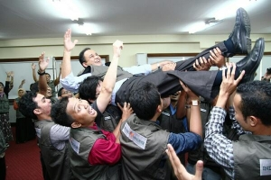 Anies diarak para pengajar muda, Indonesia Mengajar (angkatan IV) yang didirikannya.