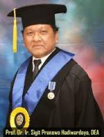Prof Sigit dengan pakaian kebesaran akademik UI