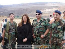 Julia Boutros bersama tentara: para 'ahibbaai'