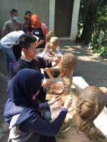 Para siswa sedang nyantrik di tempat Maestro Nyoman Nuarta, Bandung.
