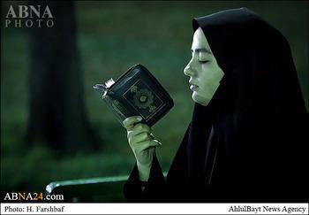 Gadis baca Quran di taman Iran