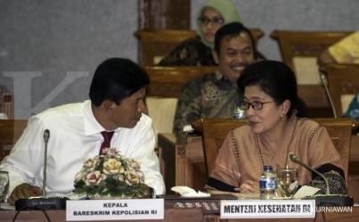 Menteri Kesehatan Nila Farid Moeloek (kanan) dan Kabareskrim Polri Komjen Pol Ari Dono (kiri) mengikuti rapat kerja dengan Komisi IX DPR di Kompleks Parlemen, Senayan, Jakarta, Kamis (14/7)