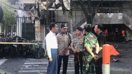 Presiden Jokowi meninjau korban teror di Surabaya