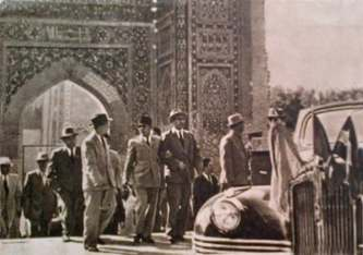 President-Sukarno-arrives-in-Tashkent-and-asked-that-he-be-allowed-to-worship-the-remains-of-the-saint-Imam-al-Bukhari - Sumber Kumparan